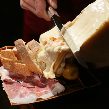 ラクレット焼きチーズがけ アンデスポテトと生ハム