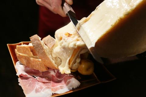 ラクレット焼きチーズがけアンデスポテトと生ハム